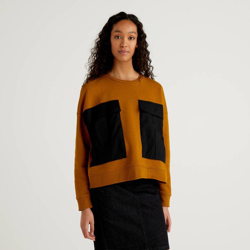 Sweatshirt mit Maxi-Taschen in einer Kontrastfarbe