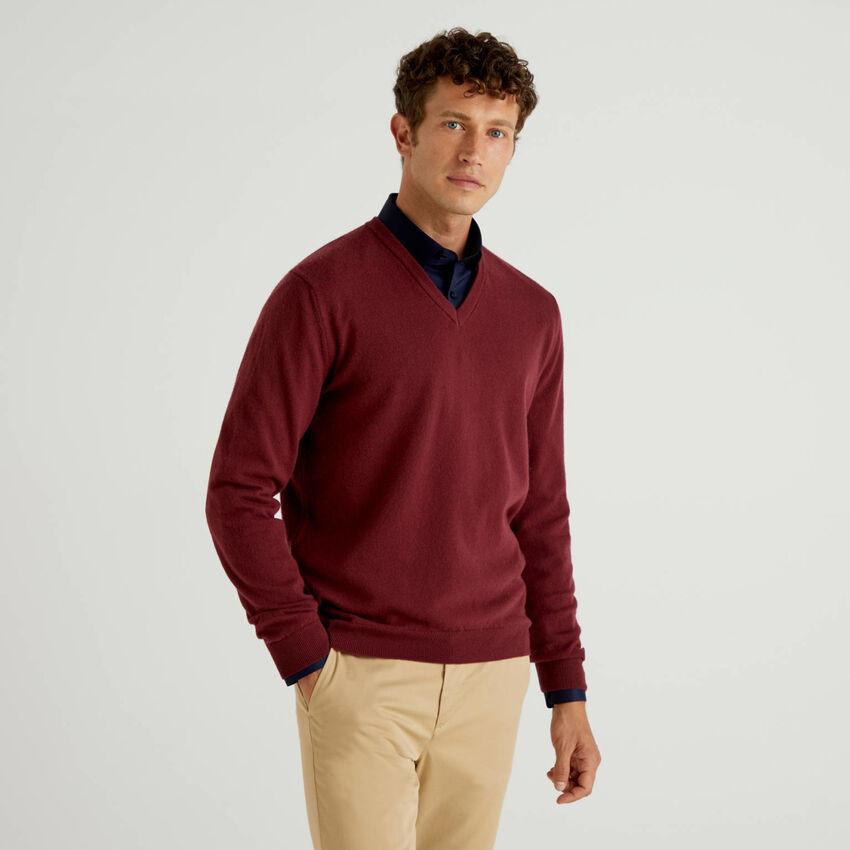 Pullover aus reiner Schurwolle in Bordeauxrot mit V-Ausschnitt