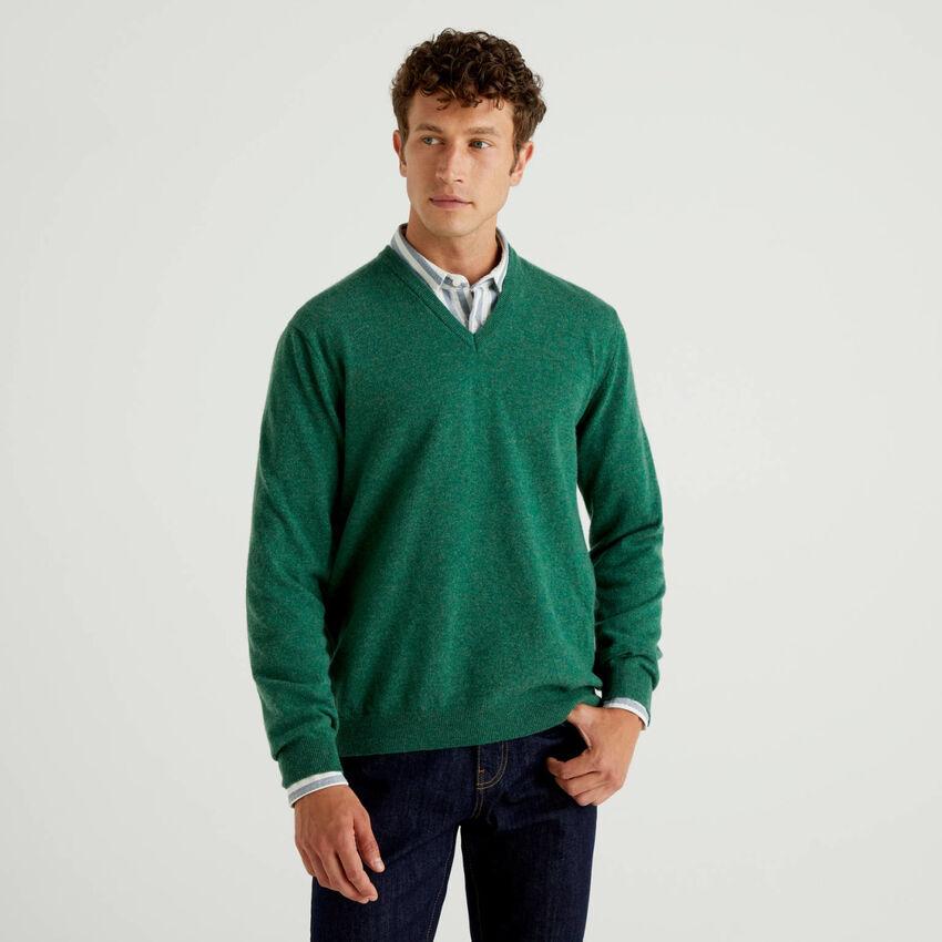 Grüner Pullover aus reiner Schurwolle mit V-Ausschnitt