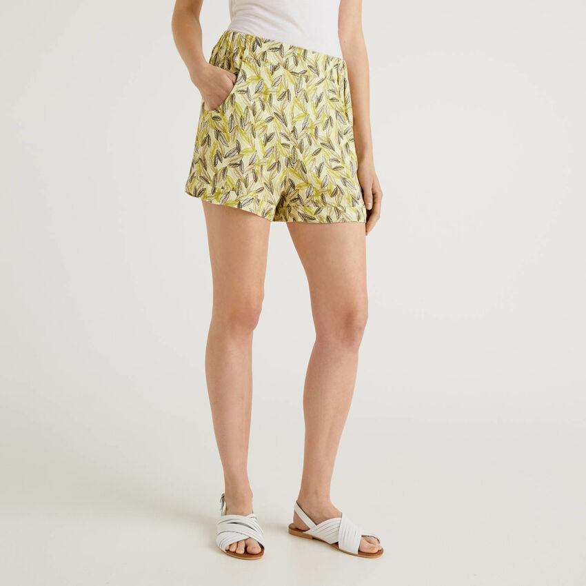 Fließende Shorts mit Botanik-Print