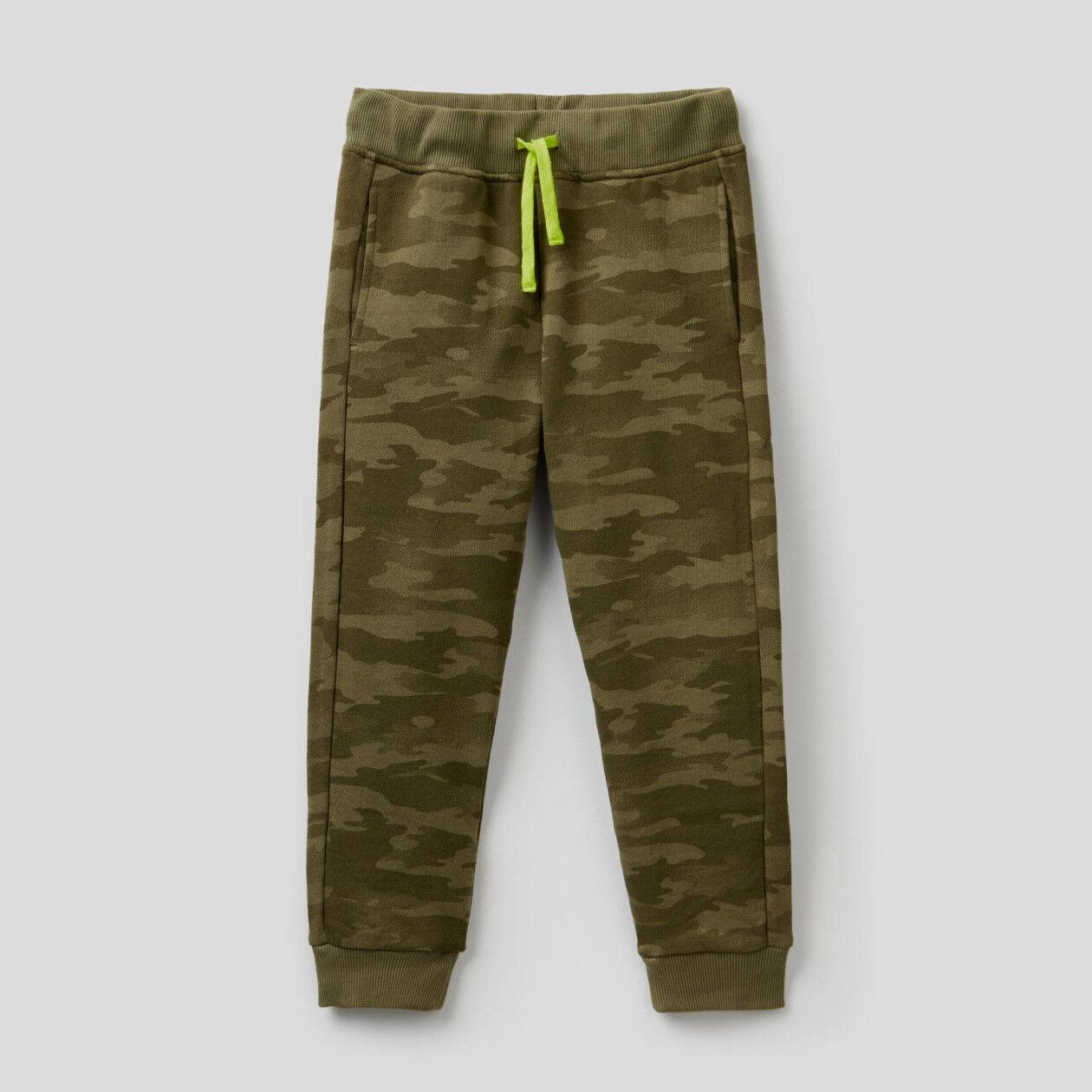 Hose aus Sweatstoff mit Camouflage-Muster