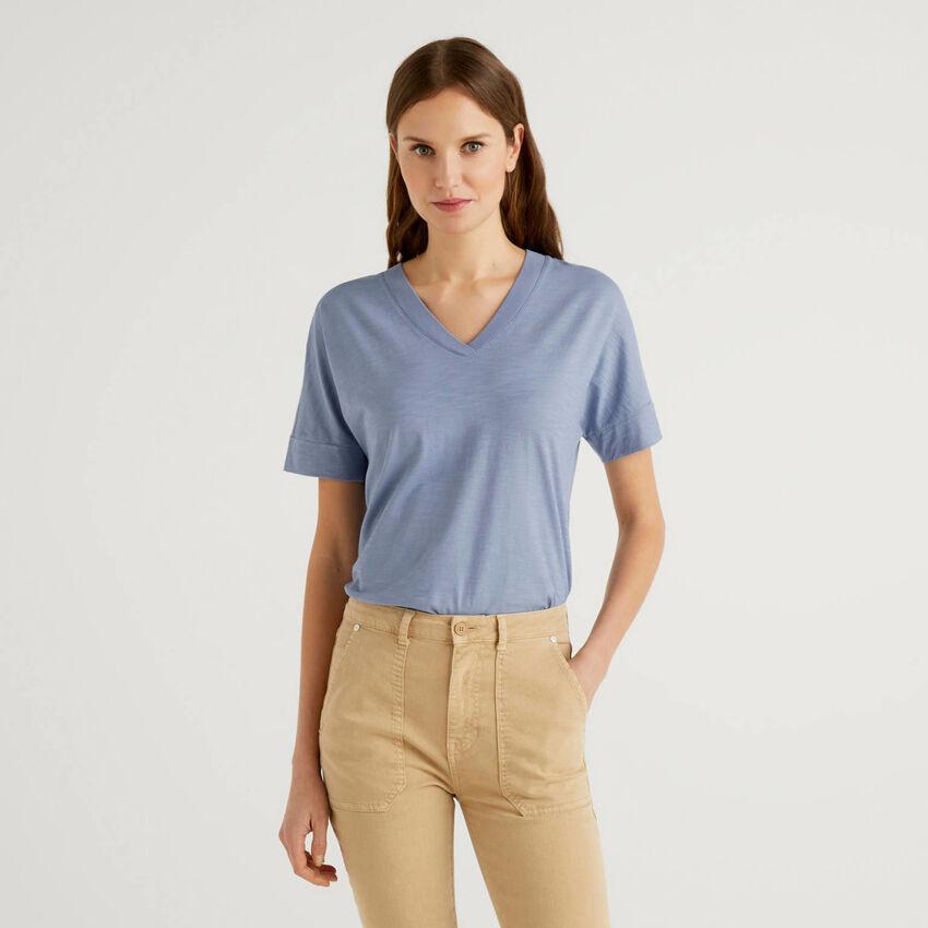 T-Shirt aus 100% Baumwolle mit V-Ausschnitt