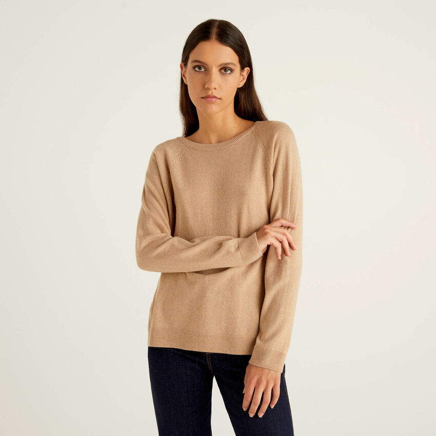 Camelfarbener Pullover mit Rundausschnitt in einer Mischung aus Wolle und Cashmere