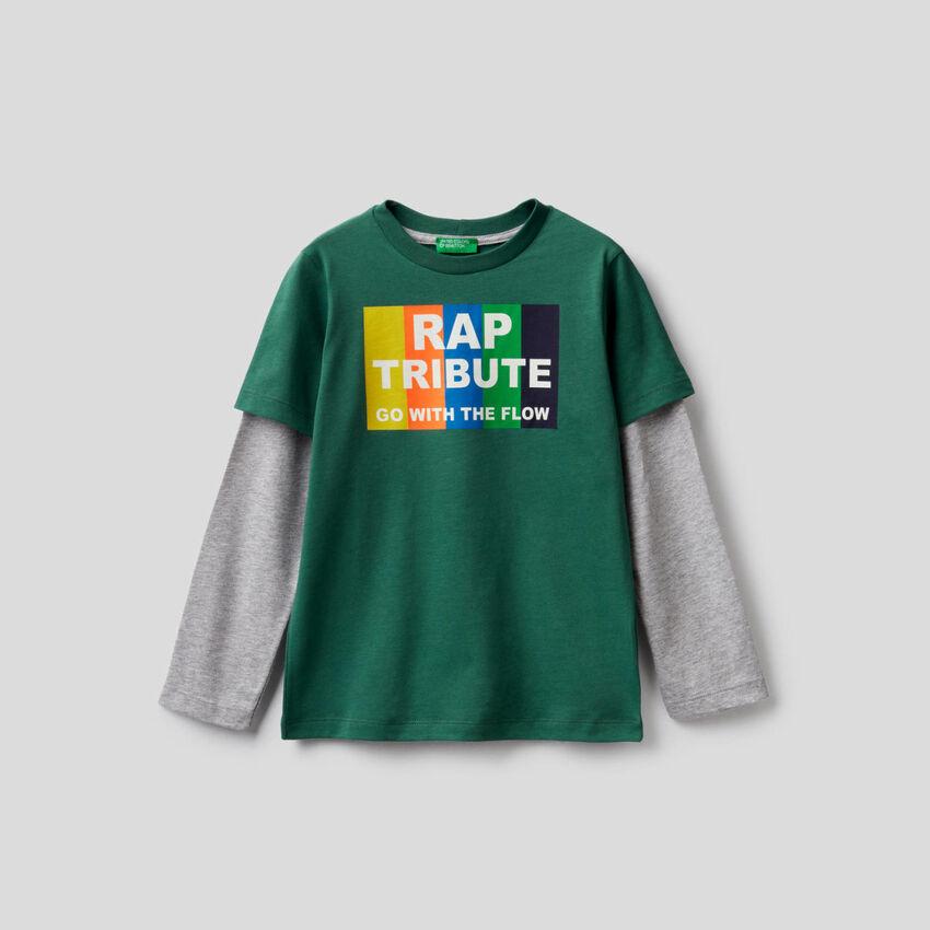 Dunkelgrünes T-Shirt mit zweifarbigen Ärmeln