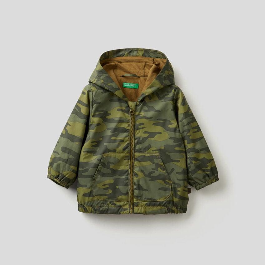 Jacke mit Kapuze aus technischem Stoff