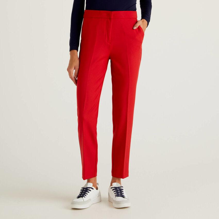Einfarbige Hose aus fließendem Stoff