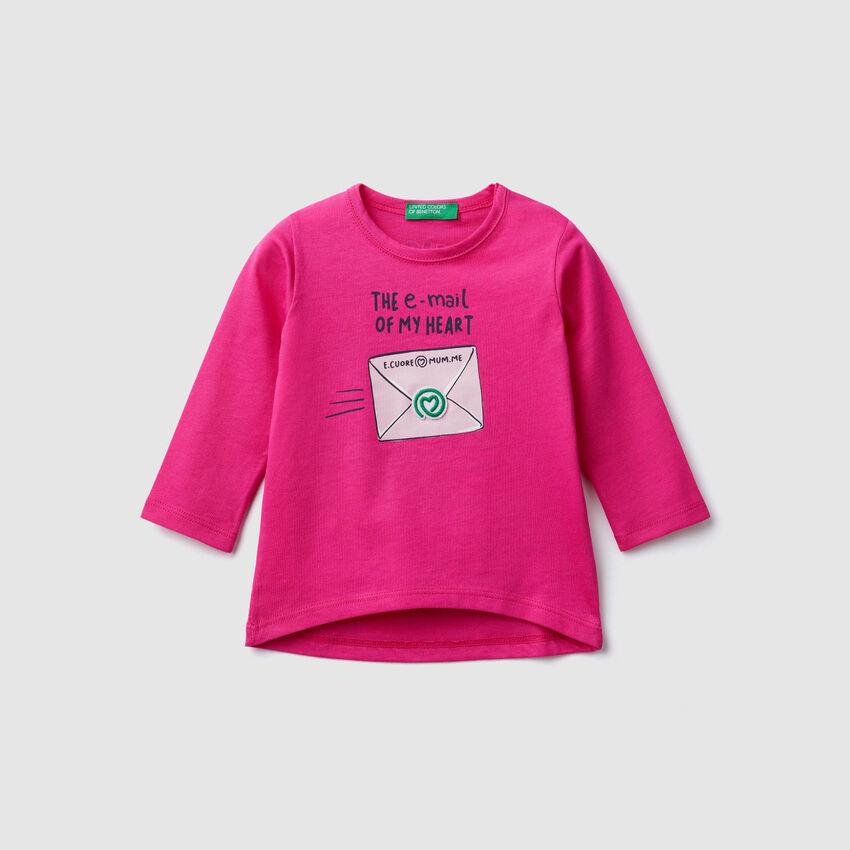 T-Shirt mit Aufnähern und Prints