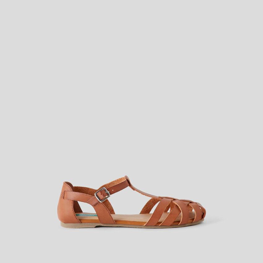 Flache, geflochtene Sandalen