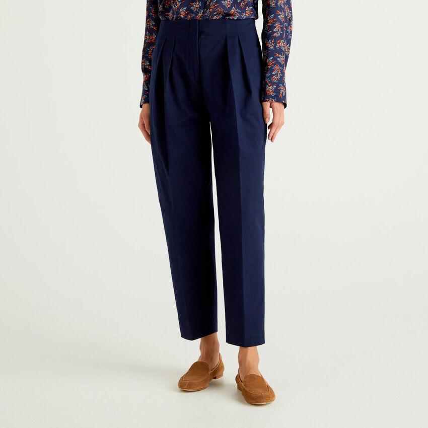 Hose aus stretchiger Baumwolle mit Falten