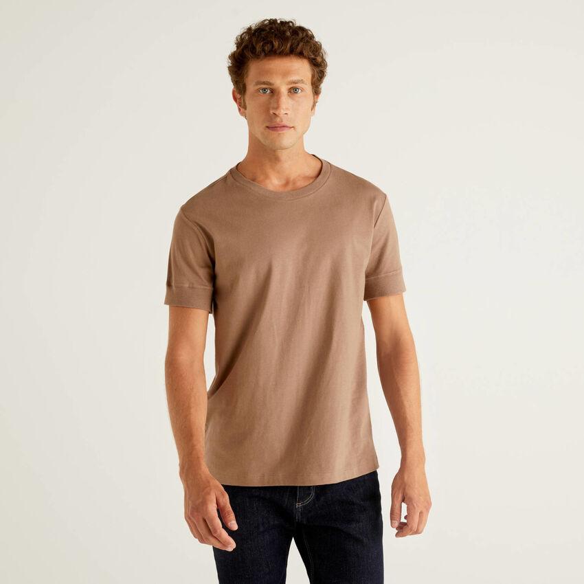 Einfarbiges T-Shirt mit kurzen Ärmeln