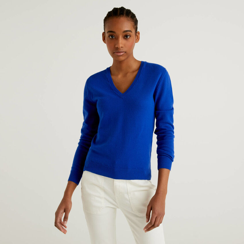 Bluettefarbener Pullover aus reiner Schurwolle mit V-Ausschnitt