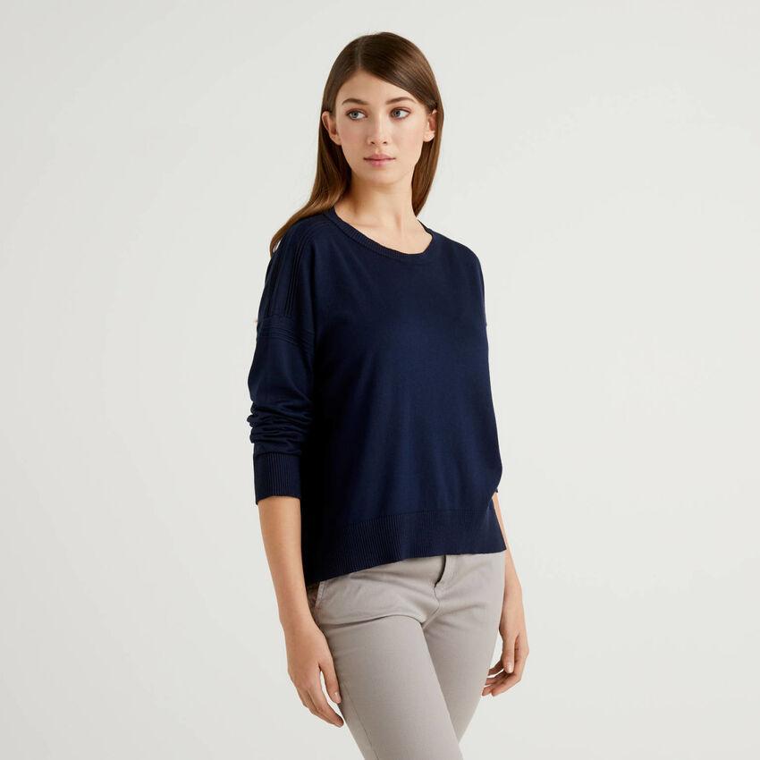 Blauer Pullover mit Schlitz am Rücken