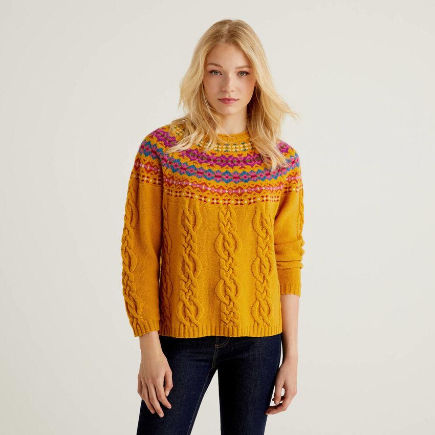 Gelber Pullover mit Jacquard-Verarbeitung