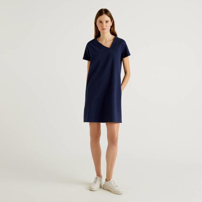 Kleid mit asymmetrischem Halsausschnitt