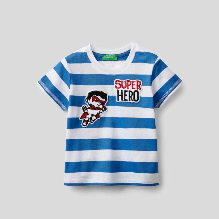 Gestreiftes T-Shirt mit Aufnähern
