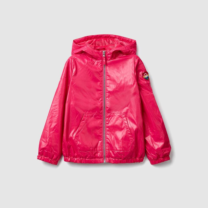Glänzende Jacke mit Kapuze