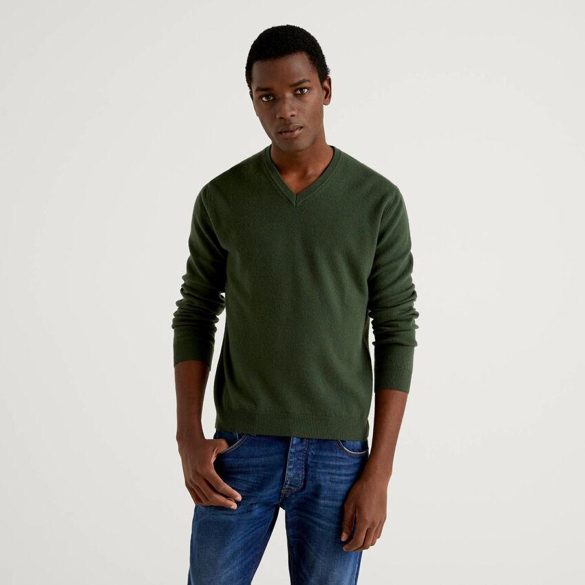 Militärgrüner Pullover aus reiner Schurwolle mit V-Ausschnitt