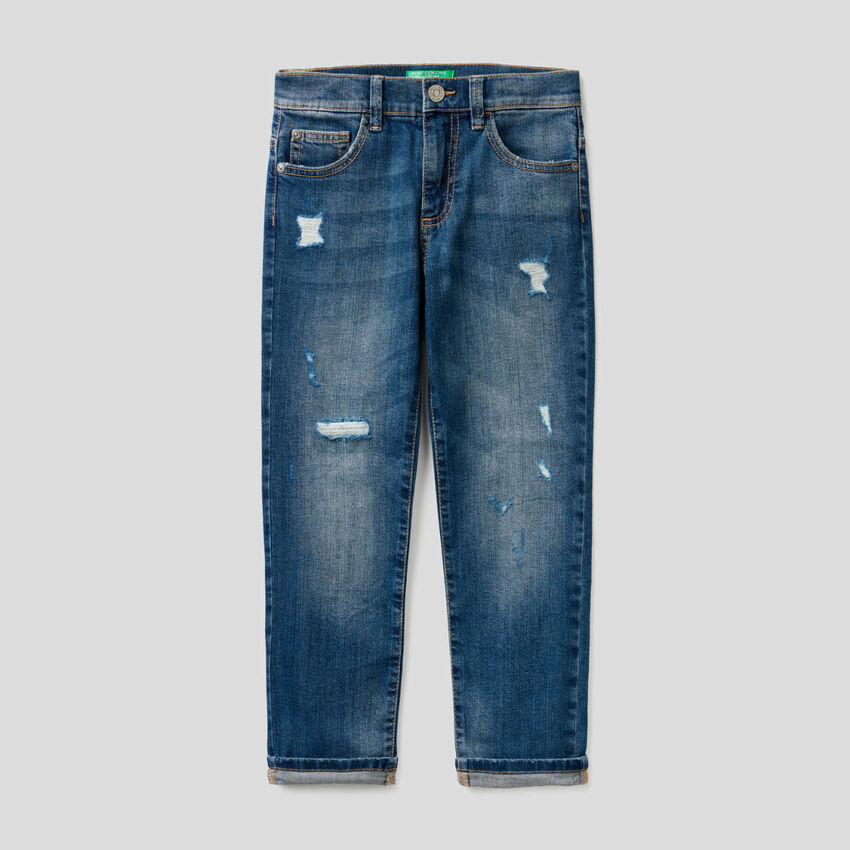 Jeans aus stretchiger Baumwolle mit Destroyed-Effekten