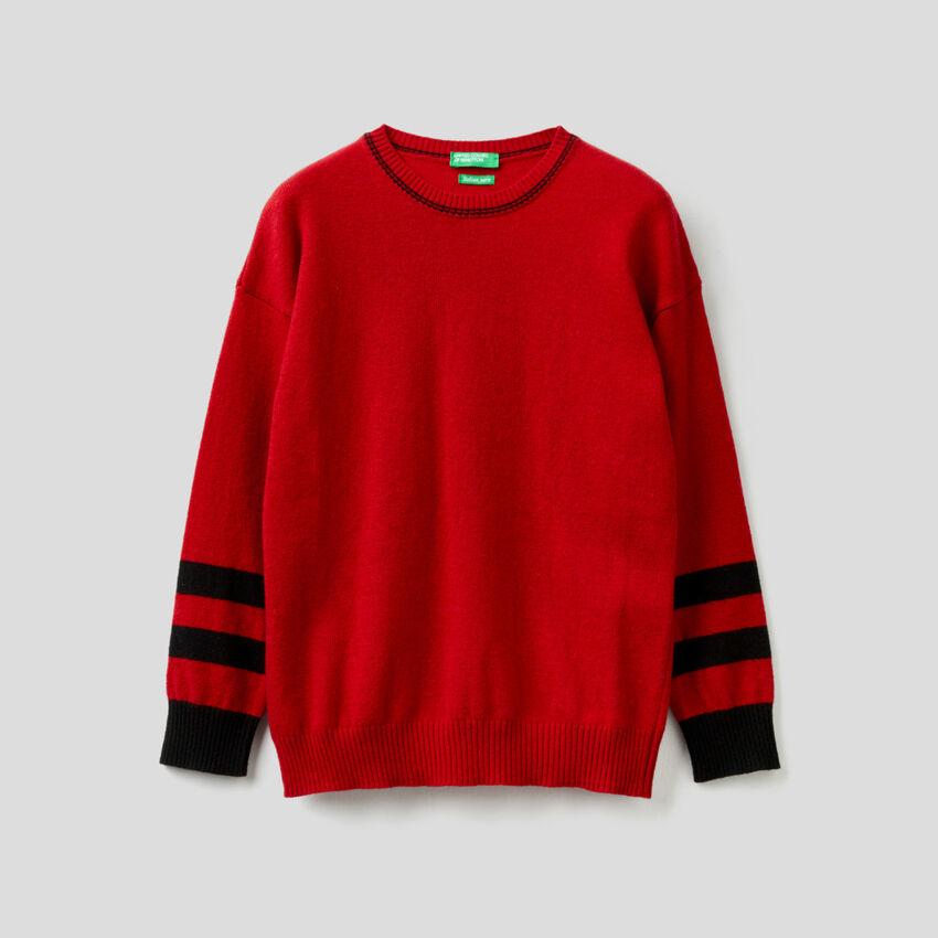 Roter Pullover mit Intarsien-Grafik