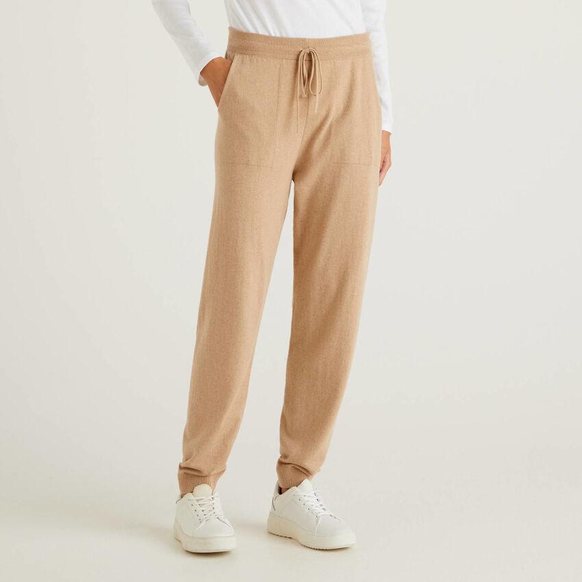 Sportliche Hose aus einer Wollmischung in Camel