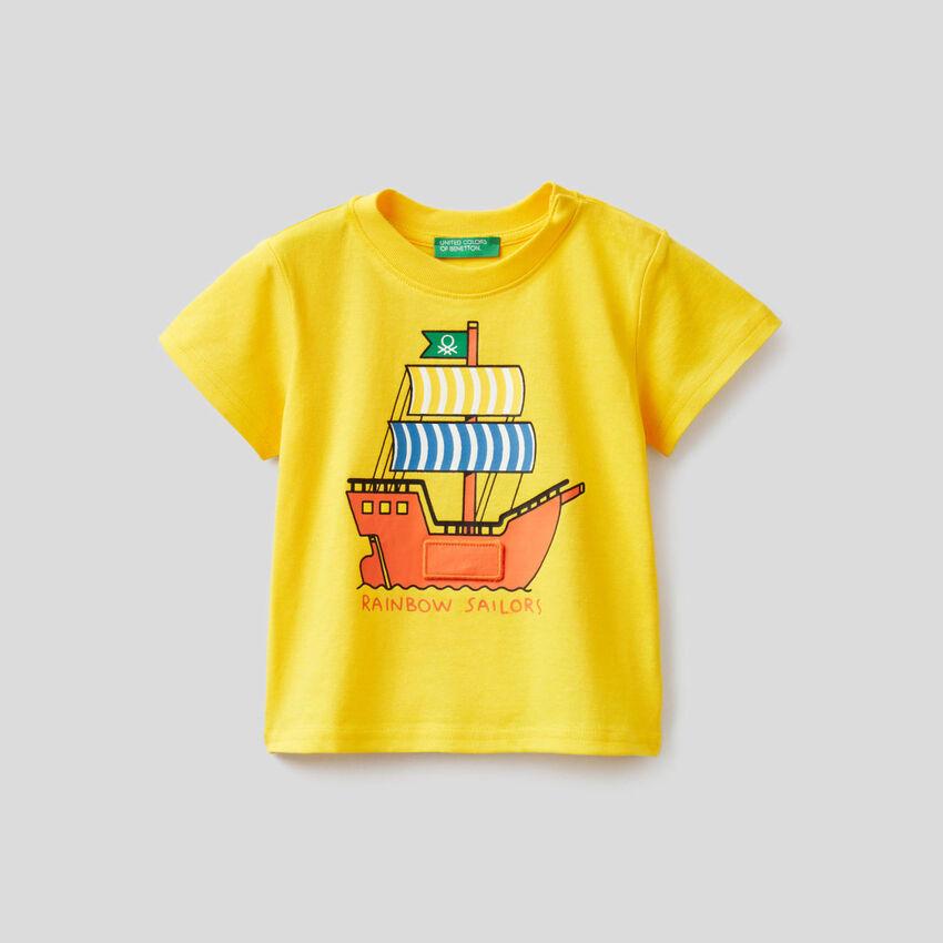 Gelbes T-Shirt mit Schiffsprint