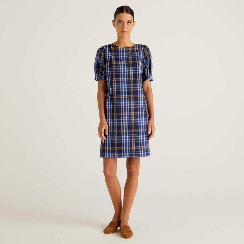 Kleid aus fließendem Stoff mit Karomuster