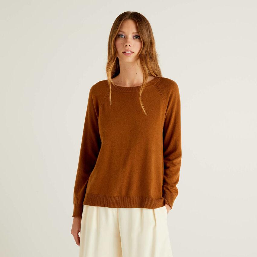 Brauner Pullover mit Falte am Rücken