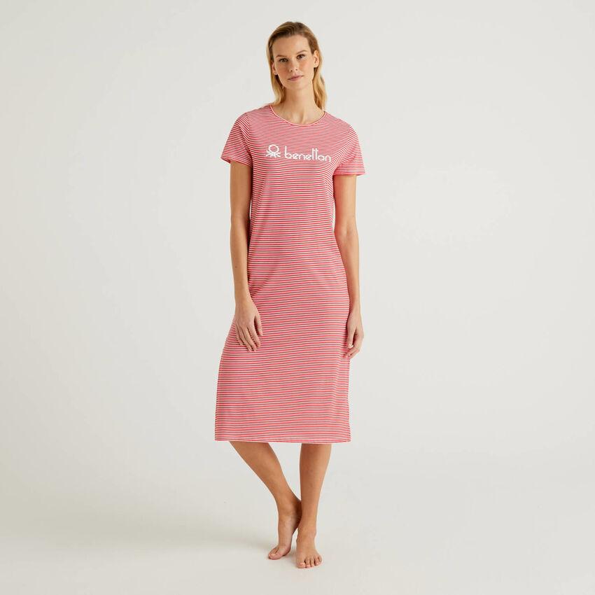Langes Kleid mit Streifen