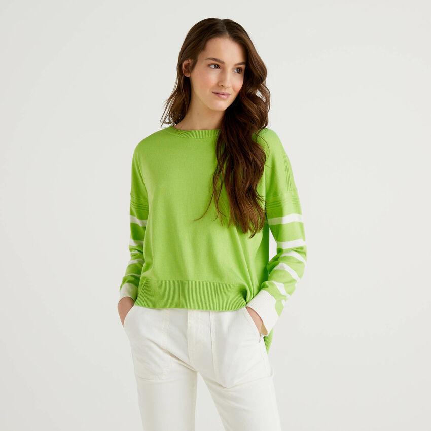 Grüner Pullover mit Schlitz am Rücken