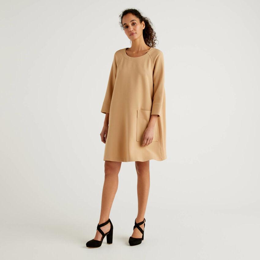 Ausgestelltes Kleid mit Maxi-Tasche