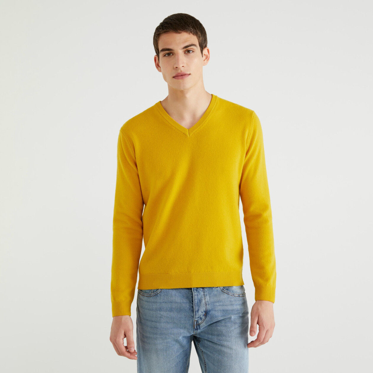 Pullover mit V-Ausschnitt aus 100% Schurwolle