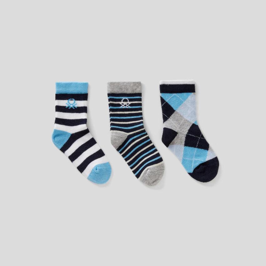 Set mit Socken in Blautönen