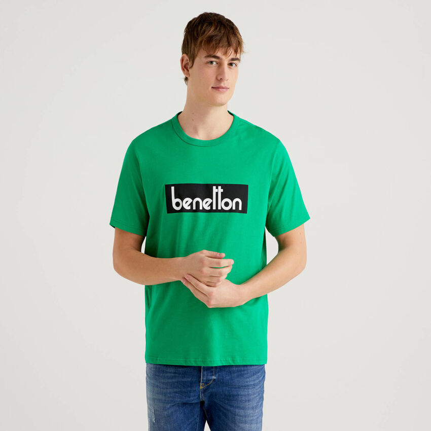 Grünes T-Shirt mit Logoprint