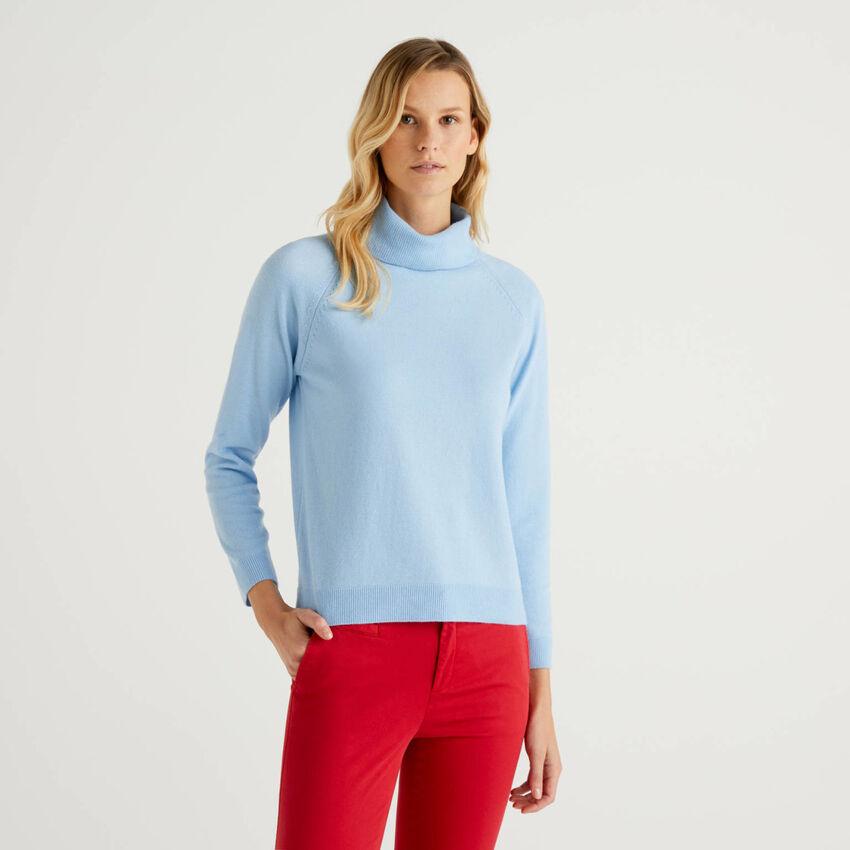 Hellblauer Rollkragenpullover in einer Mischung aus Wolle und Cashmere