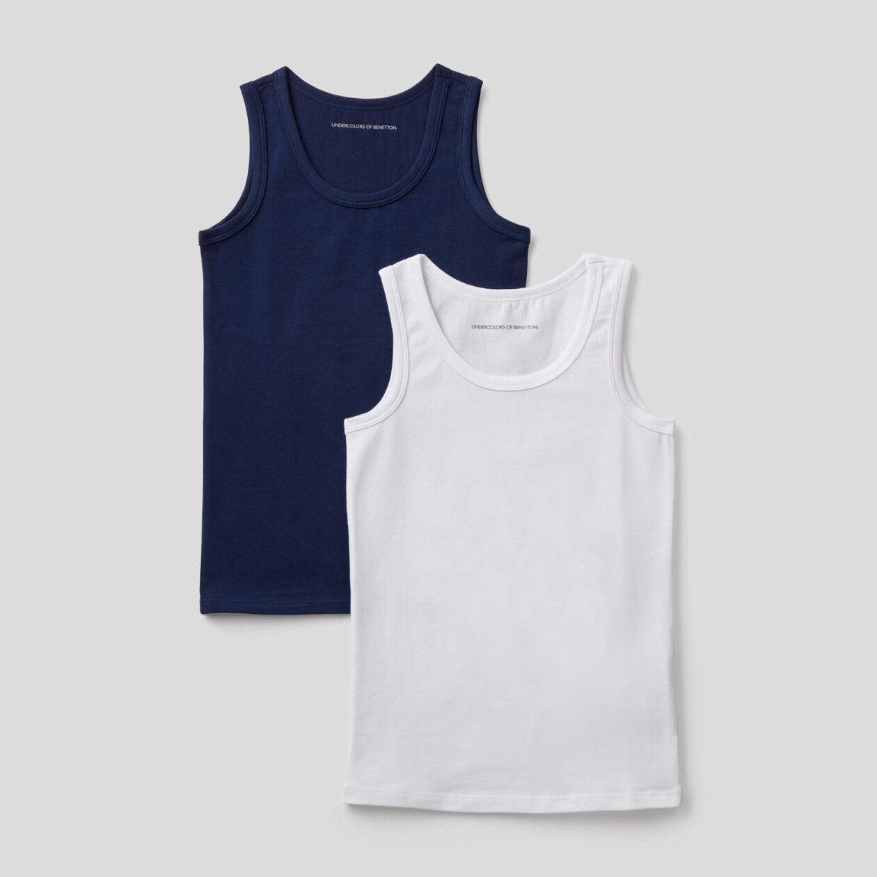 Zwei Unterhemden aus stretchiger Baumwolle