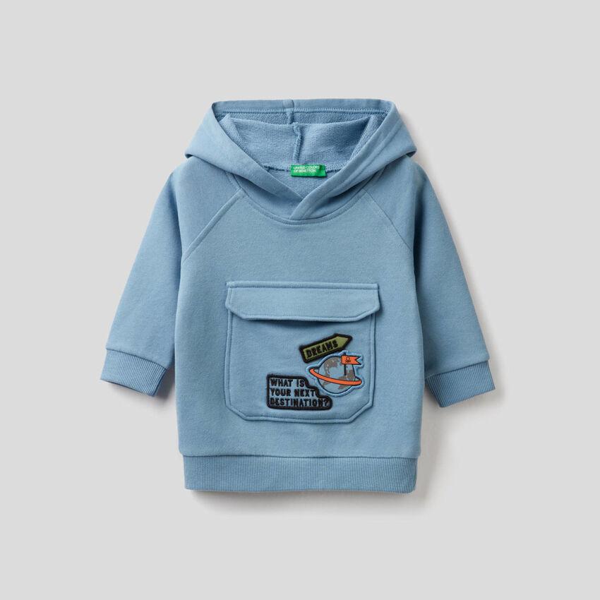 Sweatshirt in Himmelblau mit Kapuze und Maxi-Tasche