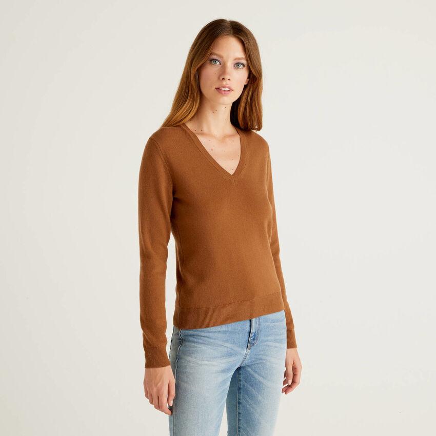 Brauner Pullover aus reiner Schurwolle mit V-Ausschnitt