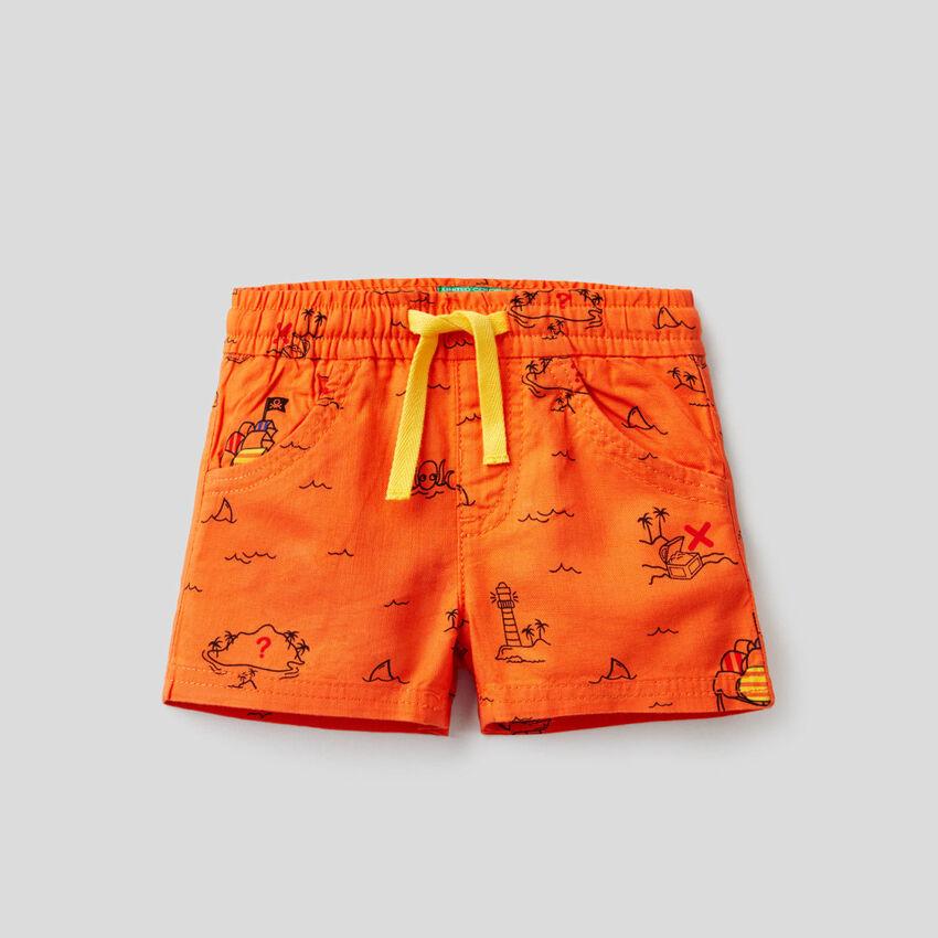 Shorts mit Schatzinselprint