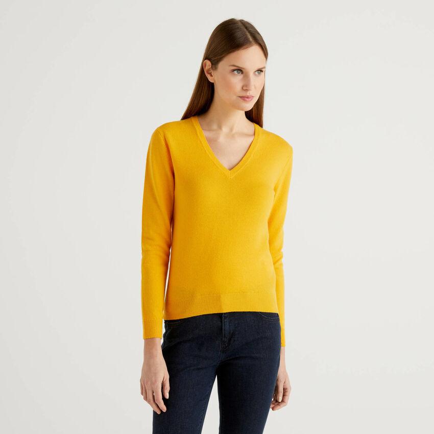 Gelber Pullover mit V-Ausschnitt aus reiner Schurwolle