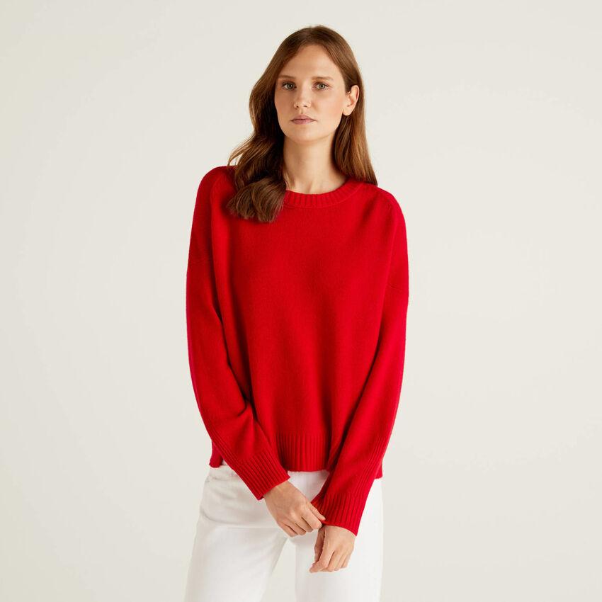 Pullover in einer Wollmischung mit Schlitzen