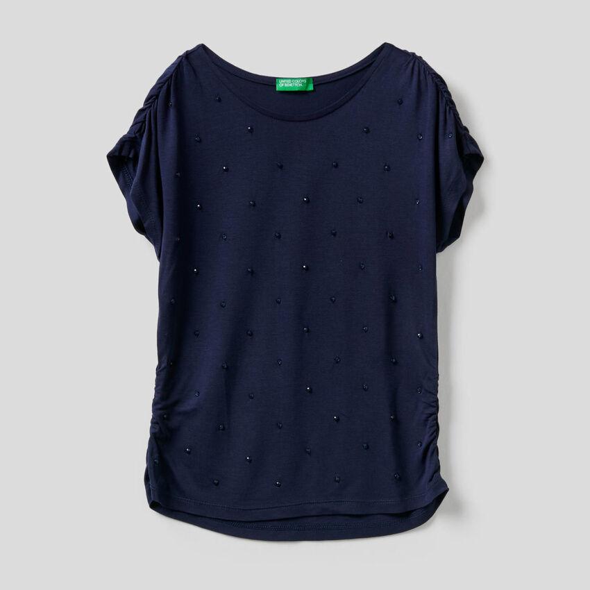 T-Shirt mit aufgestickten Perlen