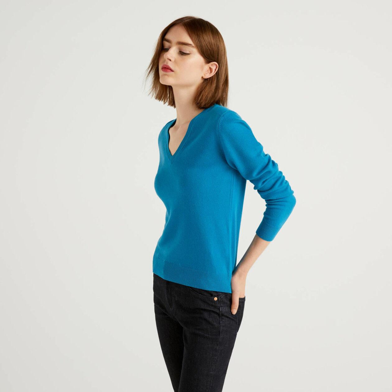 Oktanfarbener Pullover mit V-Ausschnitt aus reiner Schurwolle