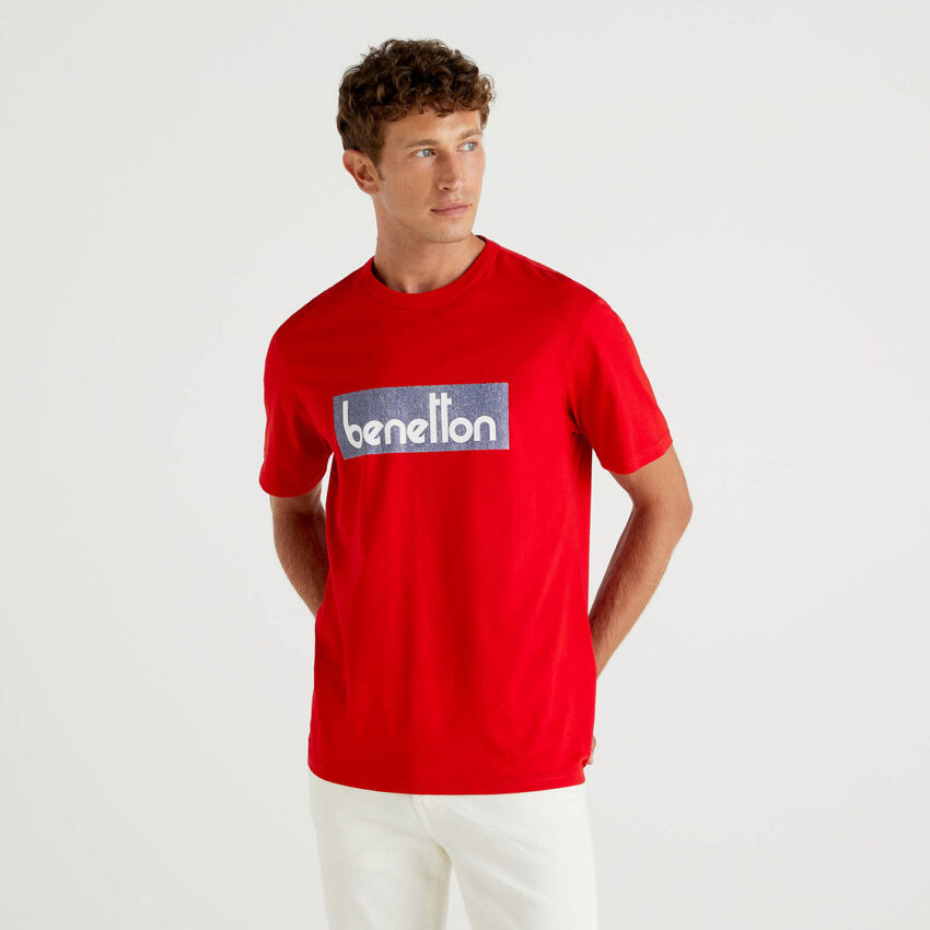Rotes T-Shirt mit aufgedrucktem Logo