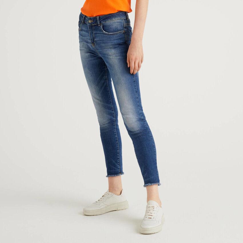 Jeans mit ausgefranstem Saum unten