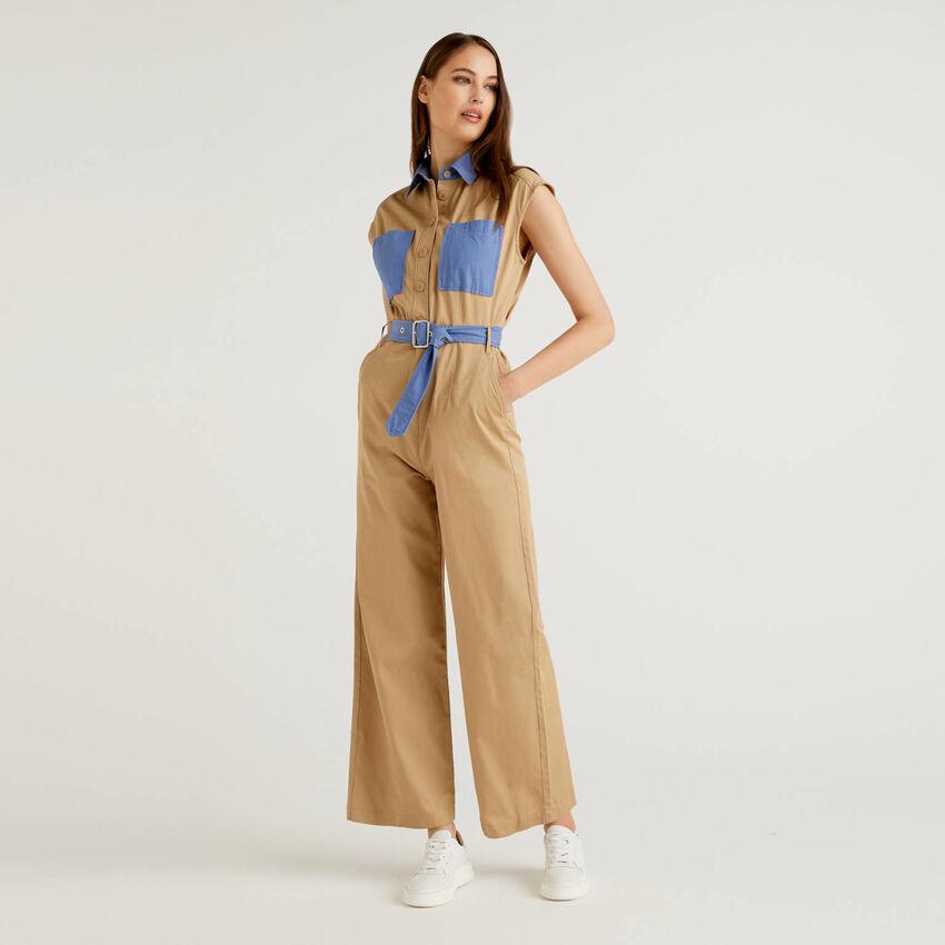 Jumpsuit aus Baumwolle mit Details in einer Kontrastfarbe