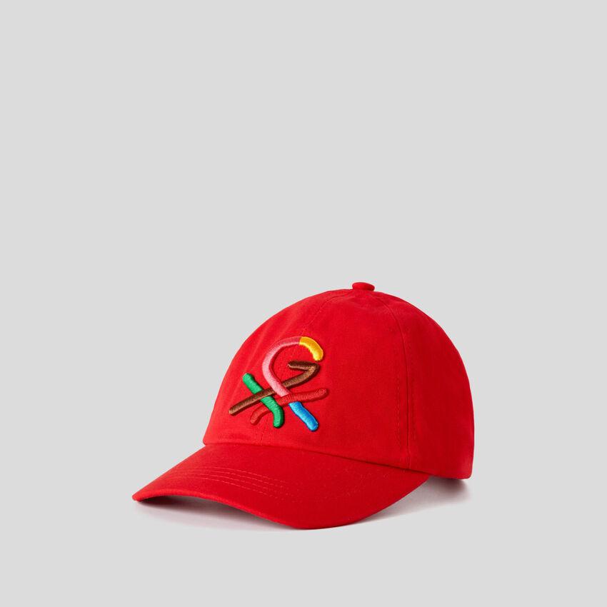 Rote Mütze mit aufgesticktem Logo by Ghali