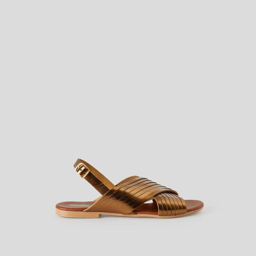Flache Sandalen mit Überkreuzung