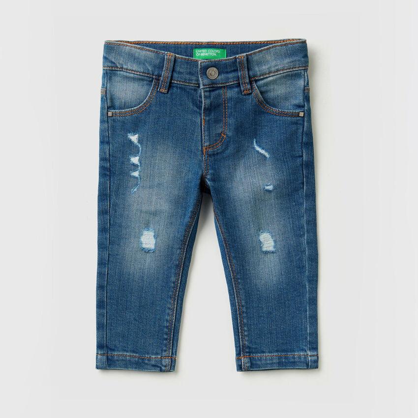 Elastische Jeans mit Rissen