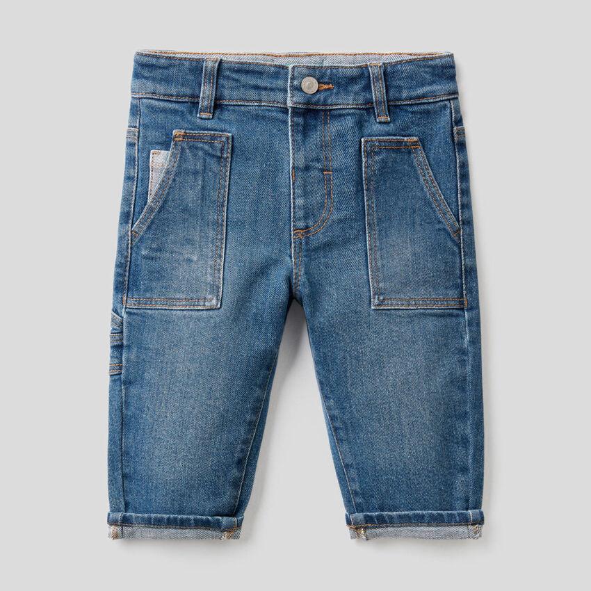 Jeans aus stretchiger Baumwolle mit großen Taschen