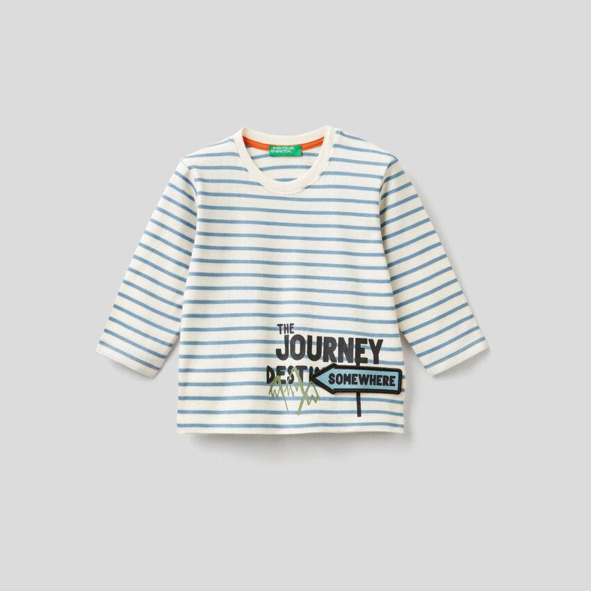 Gestreiftes T-Shirt mit 3D-Applikation